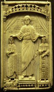 Christus segnet Kaiser Otto II. und Kaiserin Theophanu, Elfenbeinrelief aus Italien, Ende 10. Jhdt. (Knefelkamp, Das Mittelalter, S. 113)