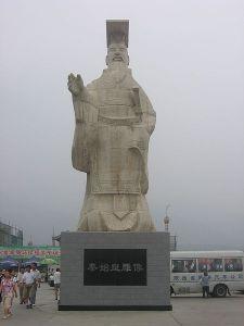 Moderne Statue des Kaisers Qin Shi Huangdi vor dem Museum (Quelle: Wikipedia)