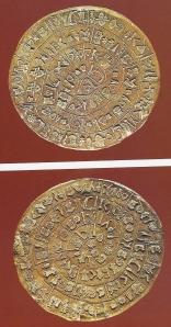 Der Diskos von Phaistos. Abb. zeigt beide Seiten mit den einzelnen Stempel