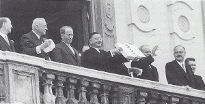 Außenminister Figl präsentiert den Staatsvertrages (Vocelka S. 327)